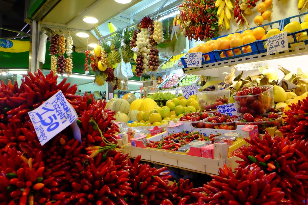 En frukthandler på et matmarked i Prati.