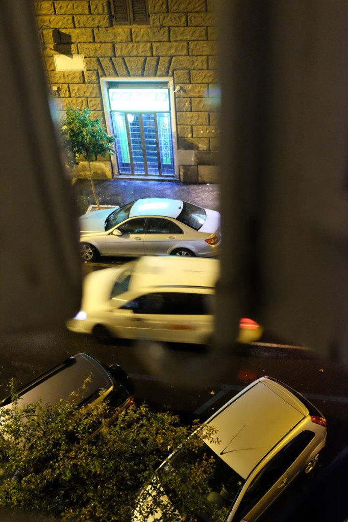 Jeg fikke ikke noe bilde av villmannskjøringen. Her er ett fra vinduet vårt, som viser pent parkerte biler, og den passerende bilen holder seg nesten i feltet sitt til og med.